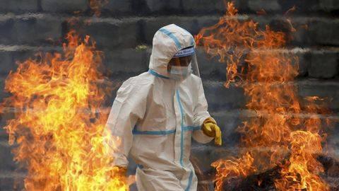 India kembali menembus rekor kasus Covid-19 harian pada Jumat (7/5) yang menambah laporan keseluruhan 1,5 juta infeksi virus corona dalam sepekan belakangan. (Reuters/Navesh Chitrakar)