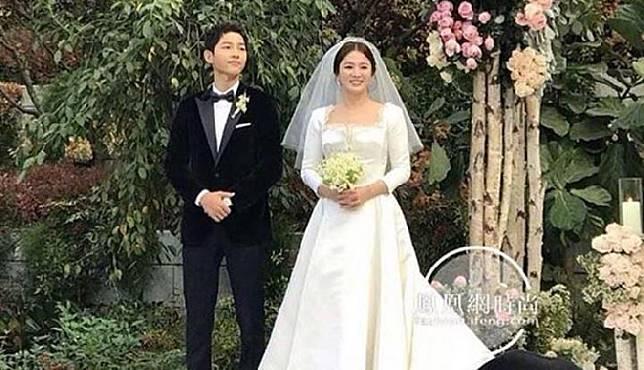 Gaun pengantin Song Hye Kyo yang sederhana namun terlihat klasik dan elegan. Twitter