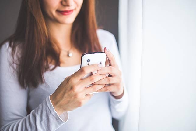 ▲女網友表示自己20歲出社會了,卻還是不能用手機,(示意圖/ Pxhere )