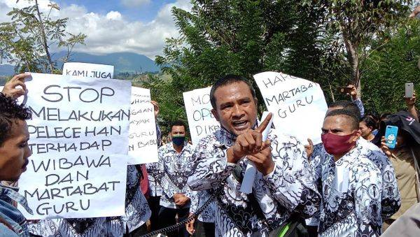 Komite sekolah menggelar demonstrasi di SMK Negeri 1 Wae Rii, Kabupaten Manggarai, Nusa Tenggara Timur pada Senin (13/7) siang.