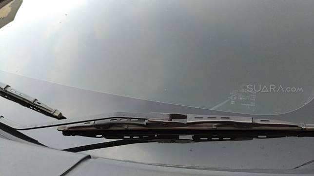 Wiper untuk membersihkan kaca mobil saat hujan. (Suara.com/Manual Jeghesta)