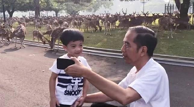 Presiden Joko Widodo bersama cucu pertama Jan Ethes Sri Narendra di Istana Kepresidenan Bogor pada Sabtu (21/9/2019). (Antara/Youtube)