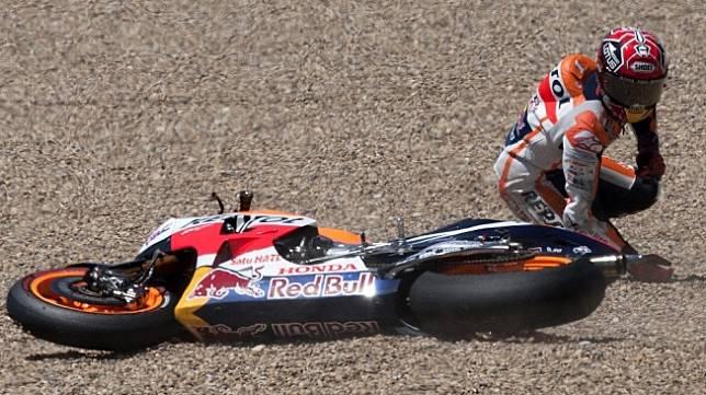 Pebalap andalan Repsol Honda, Marc Marquez, terjatuh pada sesi latihan bebas keempat MotoGP Spanyol di Sirkuit Jerez, Sabtu (2/5/2015). [AFP/Jorge Guerrero]