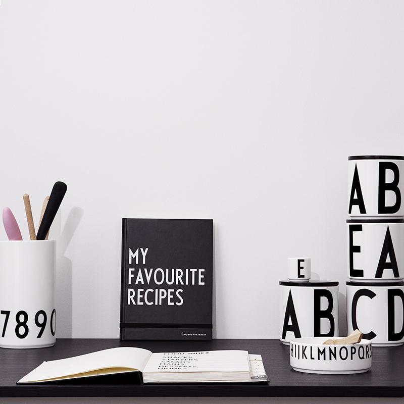 產品特色 精心的設計與Arne Jacobsen的美麗手繪字體的完美結合 封底內頁設計了小口袋,方便收納您的靈感 小口袋內附有一張方塊型雙面膠,方便粘貼食譜照片。 產品介紹 美麗大方的筆記本,協助您將