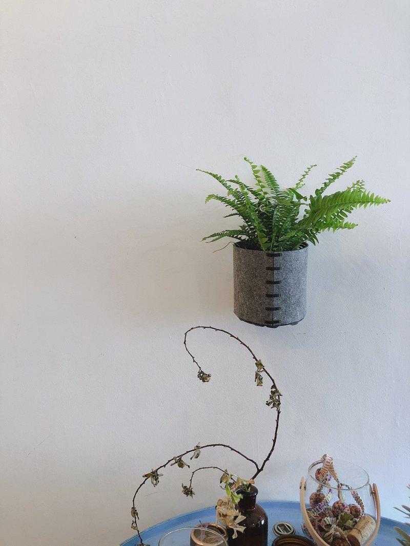 ECO-FELT POTS / 樂活綠毛氈吊掛種植筒 由回收塑膠抽絲製成類似羊毛氈的材質,可直接放入盆栽,室內外皆可使用。