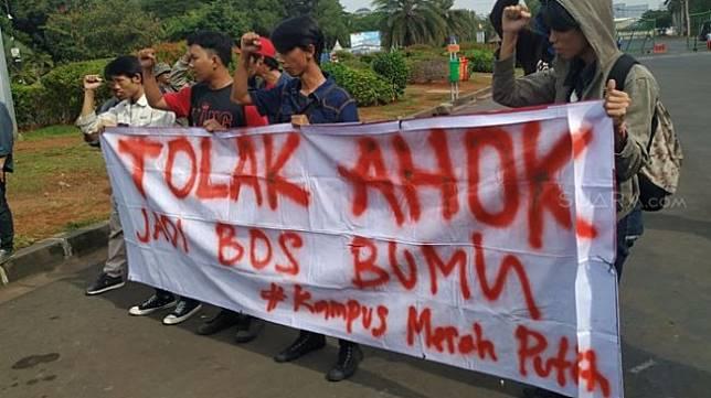 Belasan mahasiswa yang mengatasnamakan Mahasiswa Pemuda untuk Sang Merah Putih, menggelar aksi demonstrasi di depan Istana Negara, Jakarta Pusat, Senin (18/11/2019). [Suara.com/Muhamad yasir]