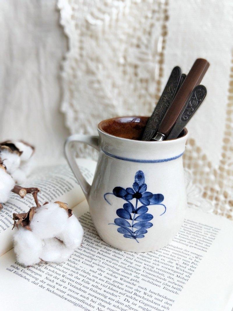 德國手作古董古物 藍色的繪花 內部為棕色 經典的德國古董古物色彩 胖胖的圓身 增添了點可愛感 手工風味 簡約而經典