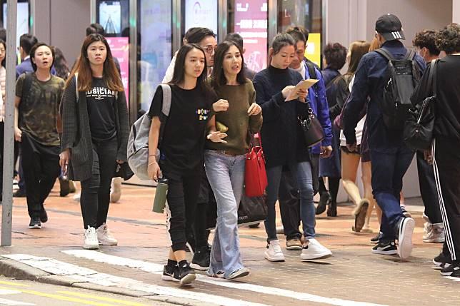 柏安妮兩母女好好感情,日前繞住手去銅鑼灣買衫。
