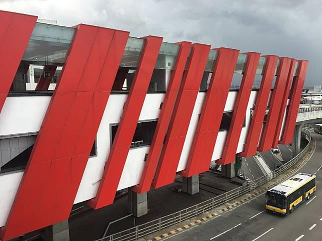 機場站有紅斜線作點綴,十分搶眼。(互聯網)