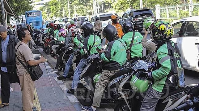 Sejumlah pengemudi ojek online menunggu penumpang di Stasiun Palmerah, Jakarta, Kamis, 21 Maret 2019. TEMPO/Muhammad Hidayat