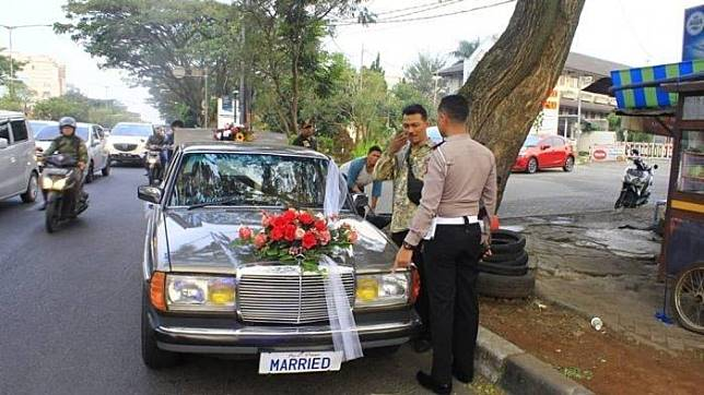 Wakasatlantas Polrestabes Bandung dan mobil pengantin pelat nomor tak standar