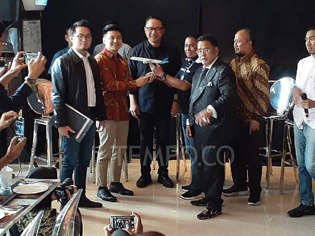 Youtuber Rius Vernandes, Dirut Garuda Ari Askhara, Ketua Harian Sekarga Tomy Tampaty (tengah) didampingi pengacara saat konferensi pers kesepakatan damai, Jumat 19 Juli 2019. TEMPO/TAUFIQ SIDDIQ