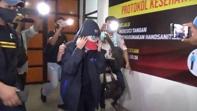Artis FTV sekaligus selebgram berinisial H yang diamankan Polrestabes Medan. (Foto: Adi Palapa Harahap)