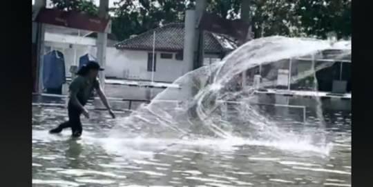 Cari ikan saat banjir. TikTok-everdedward28