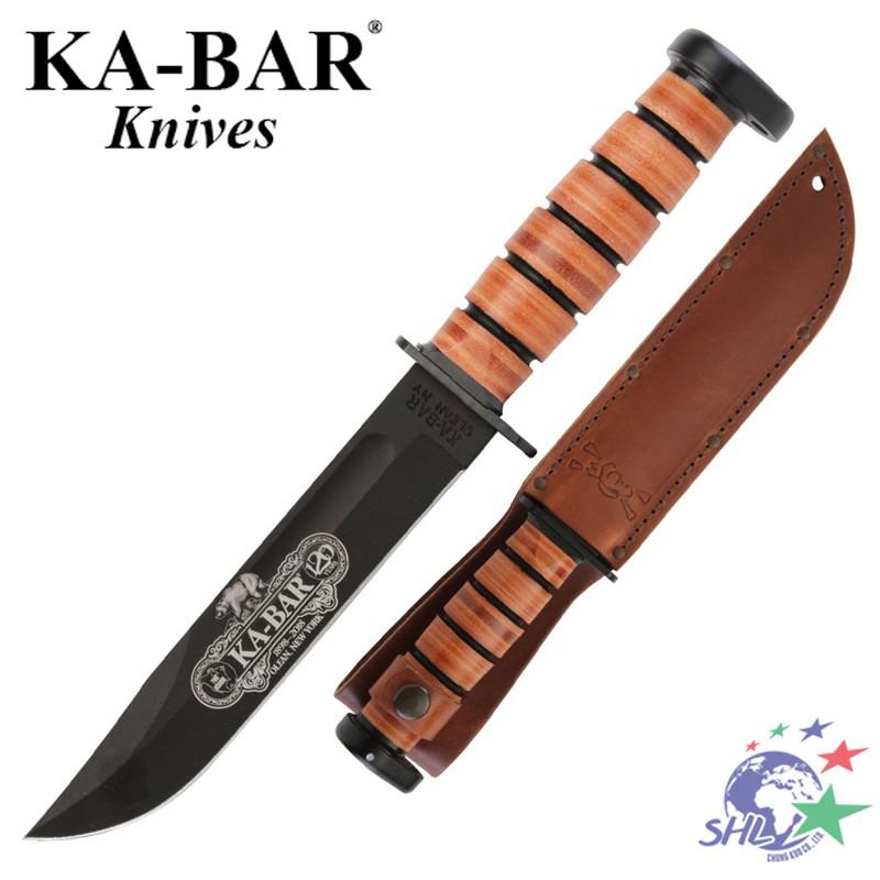 產品簡介: 此款KA-BAR經典軍刀是120週年紀念版,具有很好的收藏價值。採用71095 Cro-Van鋼刀片,表面黑色飾面處理以防止反光,刀身雷射雕刻維多利亞時代風格週年紀念商標。傳統的堆疊皮革墊