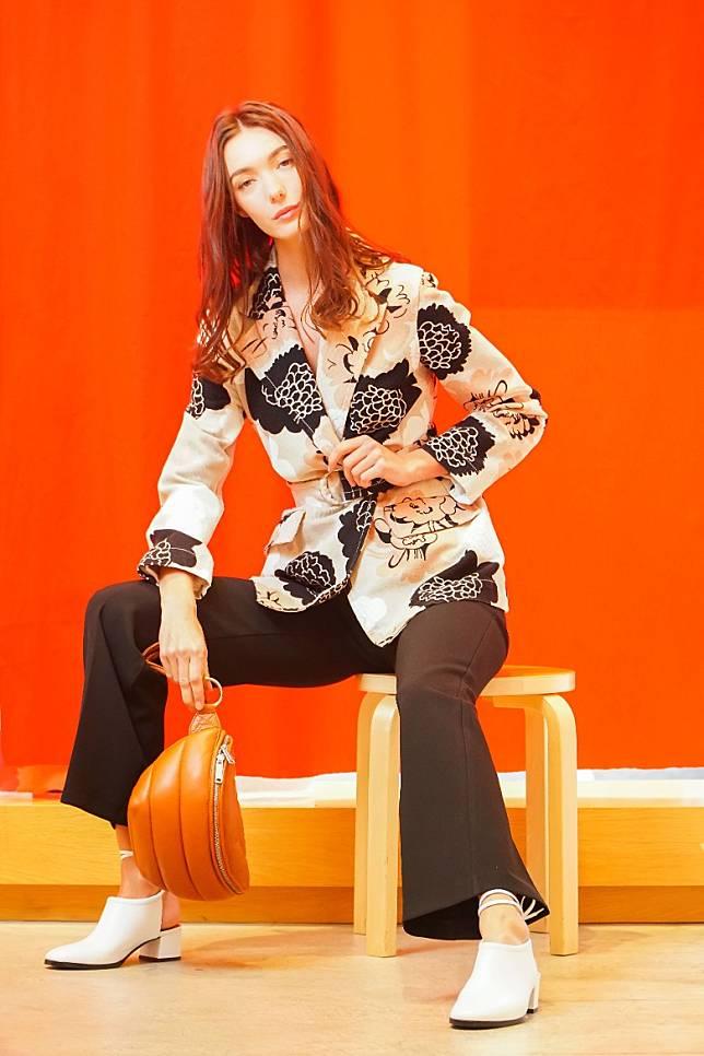 Marimekko Pioni Aavikko米色圖案西裝褸、黑色喇叭褲、Aava啡色間棉手袋(莫文俊攝)