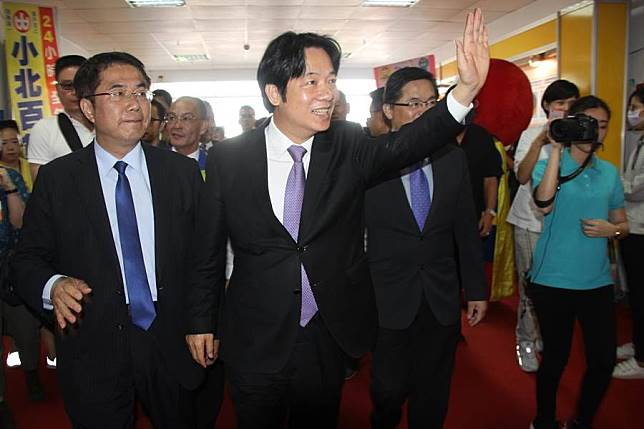 賴清德參觀台南商展開幕,稱黃偉哲內部民調與外界民調差距大