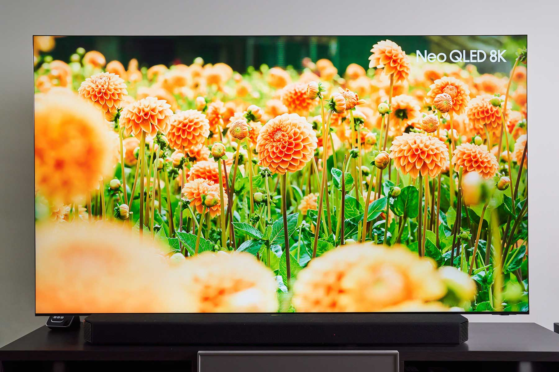 花朵交錯所架構出的遠近層次、空間感以及花朵本身的顏色,都充分展現 Neo QLED 8K 量子電視在色彩處理上的超高細膩度。值得注意的是,深淺不一的色彩,除了讓花朵更具立體感外,也拉出花與花之間距離感,成功營造身歷其境的視覺感受。