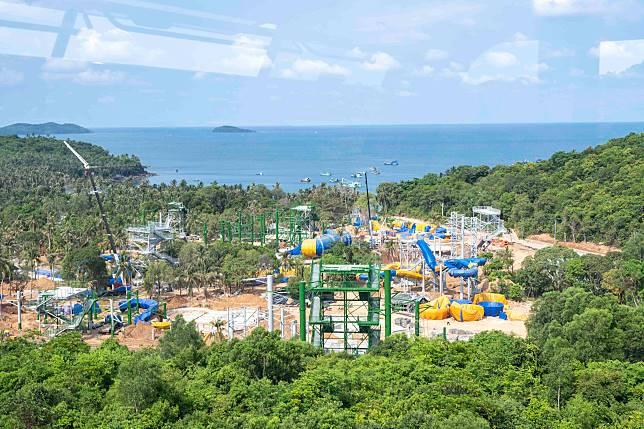 島上的水上樂園仍在建設中。