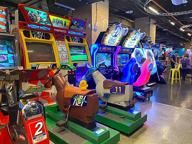 遊戲機種類非常多,有要身體活動多點的賽車game、騎馬機、單車機,玩到Sally上氣唔接下氣。
