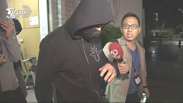 黃男做完筆錄後步出警局。圖/TVBS