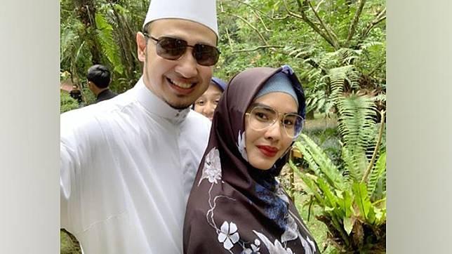 (Paling kanan) Kartika Putri dan suami, Habib Usman bin Yahya. Instagram.com/@kartikaputriworld