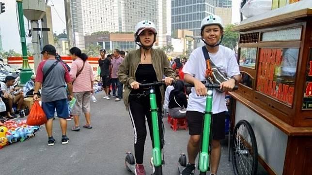 Pengguna layanan skuter listrik Grabwheels dari Grab di Jakarta, Minggu (29/9/2019). [Antara/Laily Rahmawaty]