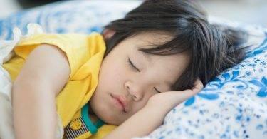 慎防中暑!女童房內午睡 燒40度險「一睡不起」