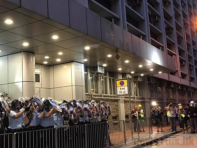 有示威者昨日傍晚到旺角警署外,與警員對峙,期間有人投擲雞蛋和雜物。(黃貝紋攝)
