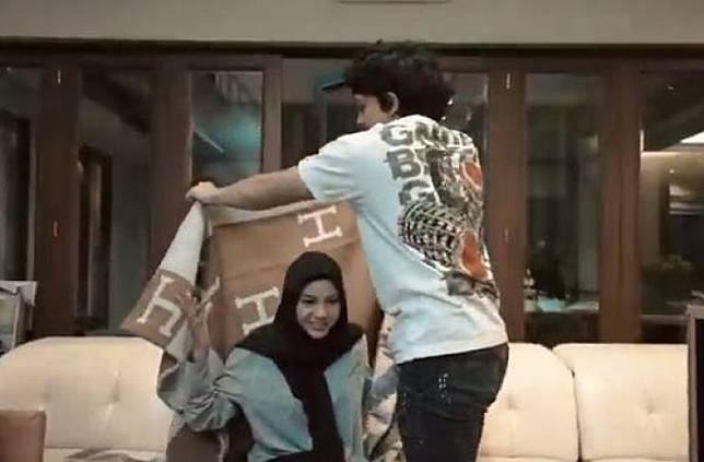 Hadiah nikah Atta Halilintar dan Aurel Hermansyah. (Youtube/AttaHalilintar)
