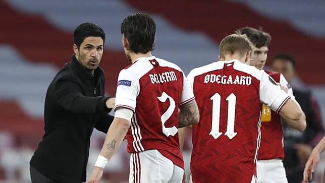 Manajer tim Arsenal, Mikel Arteta (kiri) memberi instruksi kepada bek Hector Bellerin saat melawan Villarreal dalam laga leg kedua semifinal Liga Europa 2020/2021 di Emirates Stadium, London, Kamis (6/5/2021). Arsenal bermain imbang 0-0 dengan Villarreal. (AP/Alastair Grant)