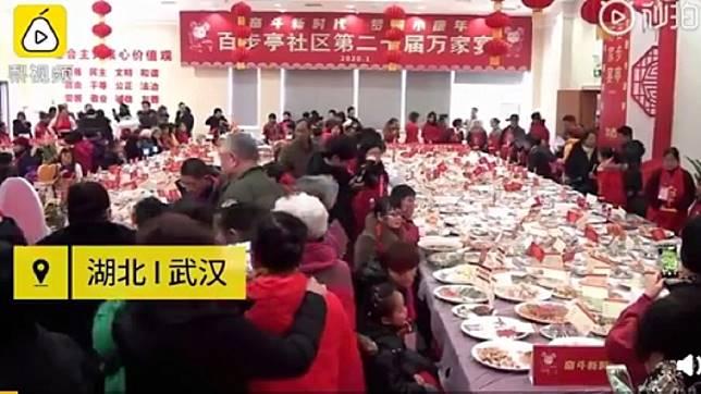 武漢社區邀請4萬家庭共襄盛舉吃團圓飯 (圖/翻攝自梨視頻)