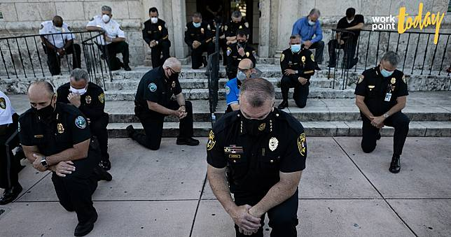 ตำรวจหลายเมืองในสหรัฐฯ ร่วมคุกเข่าและเดินขบวนประท้วง ต่อต้านความรุนแรงต่อคนผิวดำ