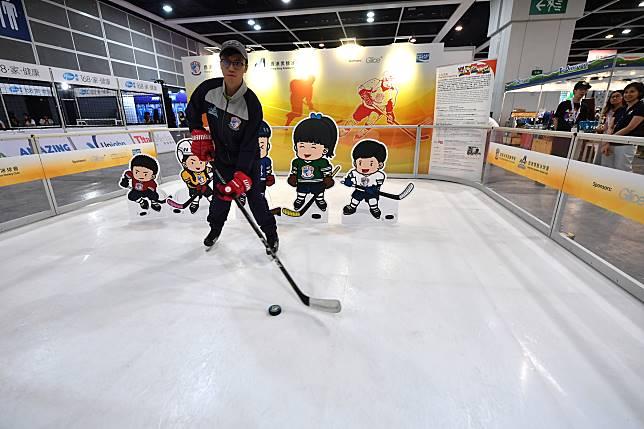 今年運動消閒博覽特別舖設仿真冰地,入場人士可即場玩溜冰和冰上曲棍球。