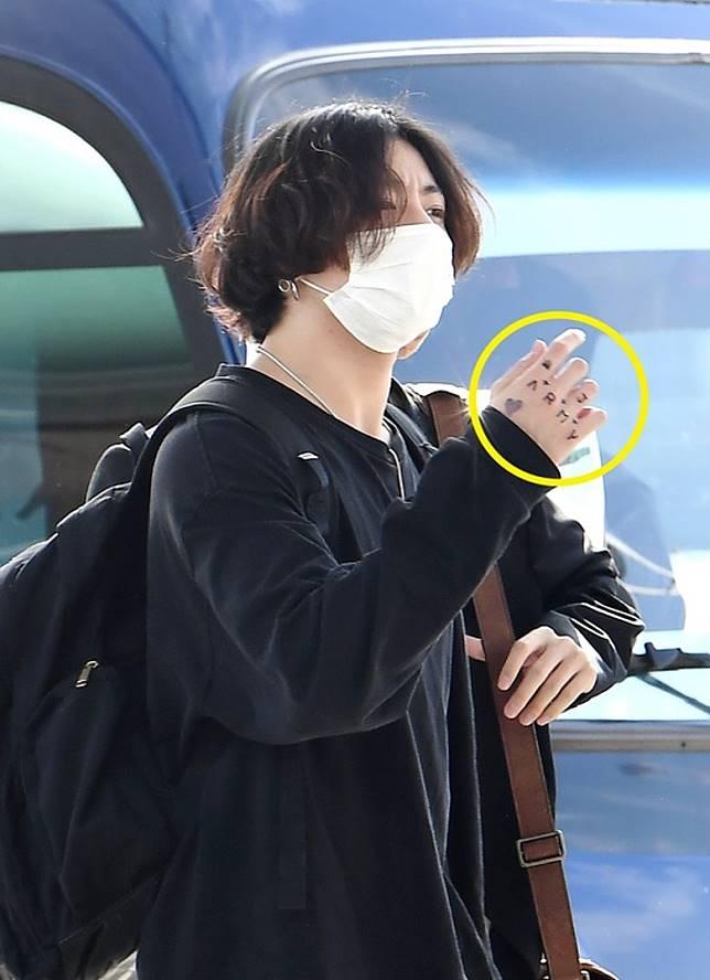 Jungkook手上出現「J」和「ARMY」字樣的紋身。