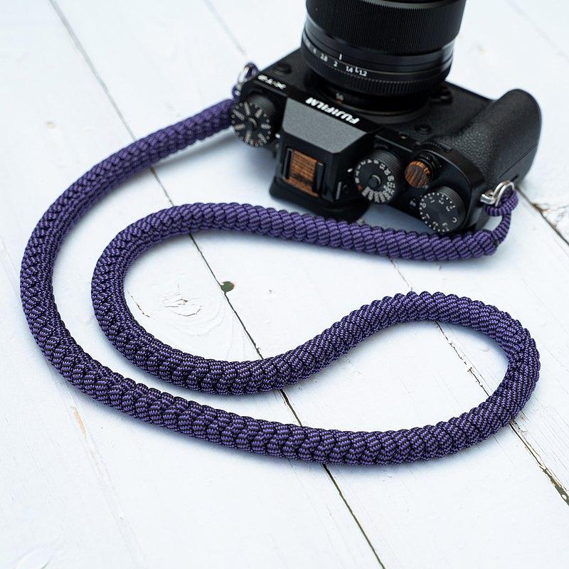 手工编織 使用強度爬山帶相機帶。色相豐富。 肩帶 長度: 103cm 肩帶直徑: 10mm 材料組成:高強度尼龍繩 顏色: 綠迷彩,藍迷彩,彩虹,軍綠,黑和紅