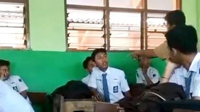 Tangkapan layar dugaan kekerasan di sekolah, guru pukul siswa SMK. (Foto: Liputan6.com/Istimewa/Muhamad Ridlo)