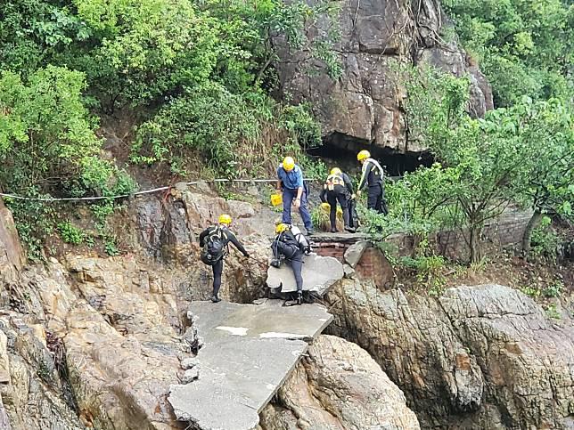 船隻被吹至將軍澳工業邨對開海面擱淺,救援人員在場搜索。