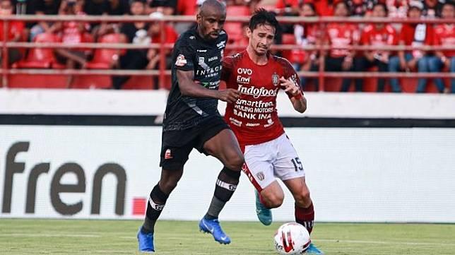 Greg Nwokolo (kiri) saat masih memperkuat Madura United. [Laman resmi Madura United]