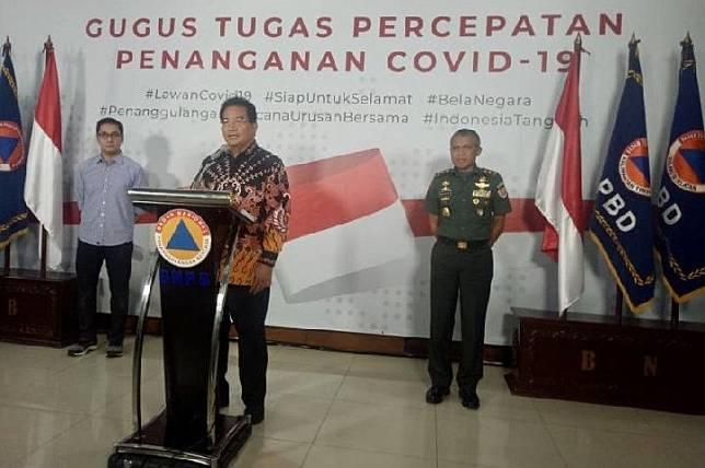Wiku Adisasmoto, a spokesman of the national COVID-19 task force's board of experts, delivers the developments of the disease transmission at the National Disaster Mitigation Agency (BNPB) Building in Jakarta, Sunday, June 22, 2020. ANTARA/Martha