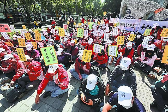 華映650名員工昨日集聚大同總公司抗議,高喊:「林郭出來、還我薪資!」。林啟弘攝
