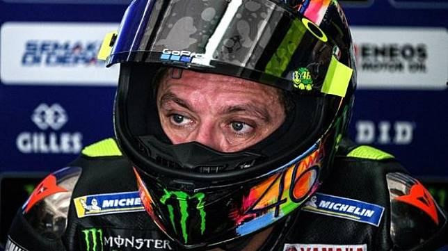 Pebalap Monster Energy Yamaha, Valentino Rossi, mengikuti tes pramusim MotoGP 2019 di Sirkuit Sepang, Malaysia, Jumat (8/2). [AFP/Mohd Rasfan]