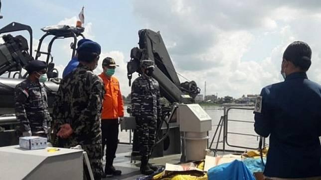 Kepala Kantor Search and Rescue (SAR) atau Pencarian dan Pertolongan Pontianak, Kalbar, Yopi Haryadi mengatakan, hingga saat ini tercatat masih sebanyak 33 nelayan korban kapal motor tenggelam dampak cuaca buruk karena diterjang ombak, Selasa (13/7) di perairan Kalbar, masih belum ditemukan. (Antara/Slamet Ardiansyah)