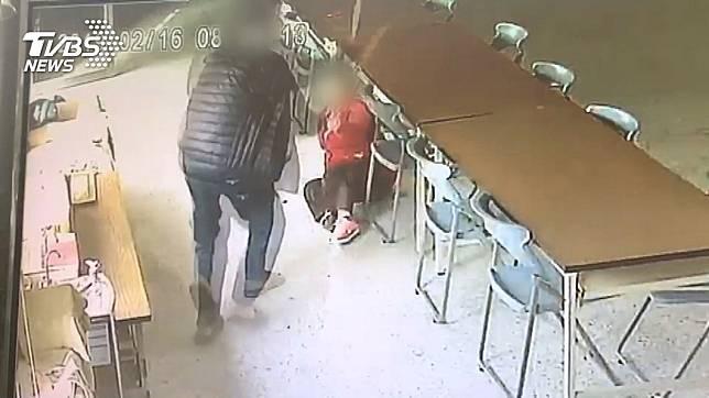 台南1名陌生男子無故狠打80歲的老阿嬤,但日前法院判決男子無罪。(圖/TVBS)