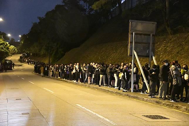 人群排隊等候進入