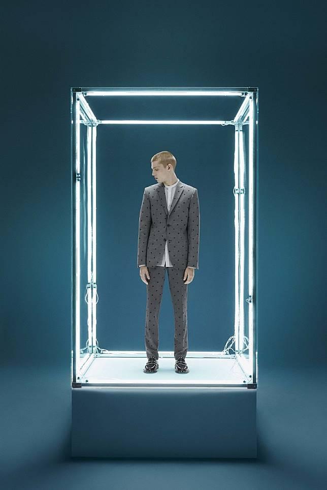 Giambattista Valli特別為這聯乘系列首次設計男裝,新設計包括灰色Wool Jacket、Wool Suit Trousers。(互聯網)
