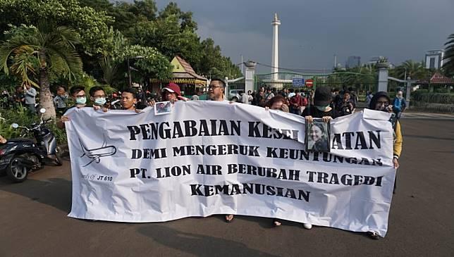Foto: Aksi Keluarga Korban Pesawat Lion JT-610 di Depan Istana