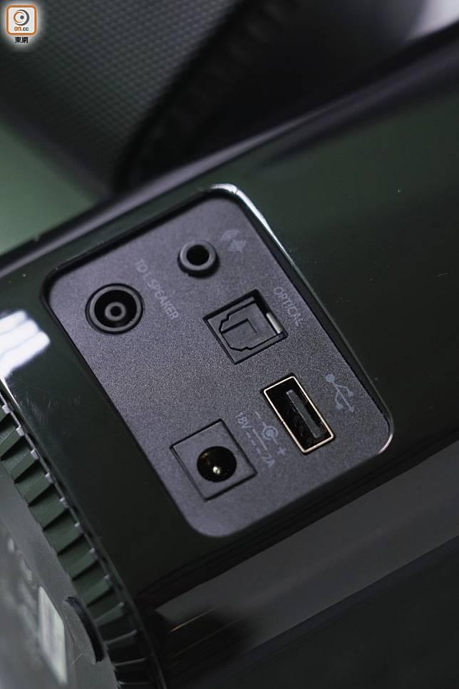 機背設有光纖,3.5mm及USB插口,無論接駁藍光機睇戲,或駁DAP播歌都很方便。(張群生攝)