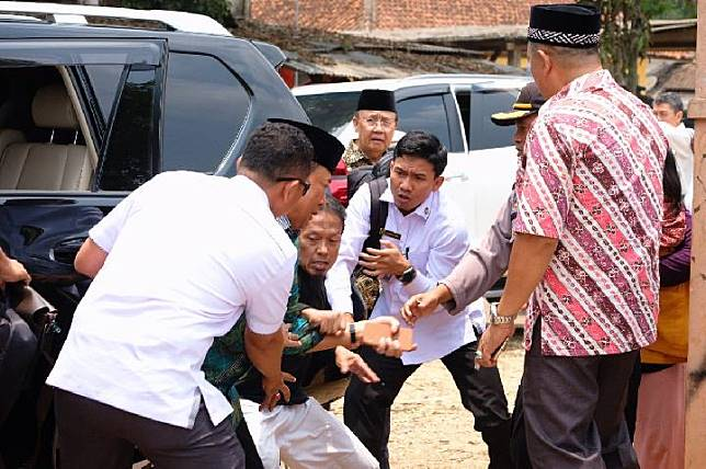 Coordinating Minister for Political, Legal, and Security Affairs Wiranto was attacked by a man holding a knife during the minister's visit to Islamic boarding school Mathla'ul Anwar, Labuan, Banten, on Thursday, October 10, 2019. The perpetrator was immediately caught by the police.
