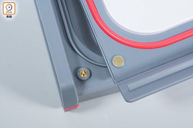 機身的面蓋與底座設有金屬接點,必須蓋實方開機操作,加強安全。(莫文俊攝)
